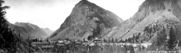 1930s photo of Silverton, Colorado with a large mill complex in the background.