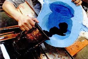 Pouring hot wax into the silicon rubber mold.