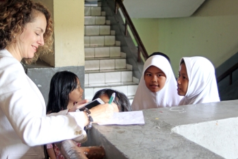 Mariya signing autographs