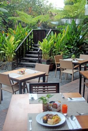 Jambuluwuk patio breakfast